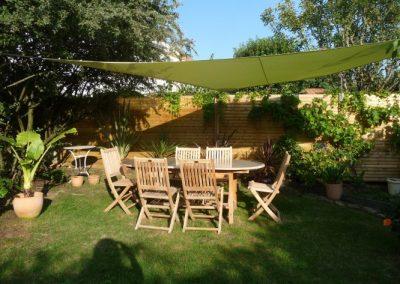 Espace de jardin avec voile d'ombrage verte