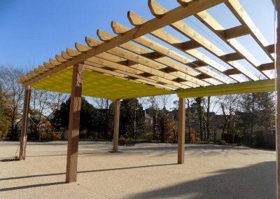 rideau coulissant couleur anis sur pergola en bois