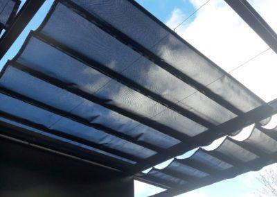 toile d'ombrage coulissante en batyline noire sur cadre métal