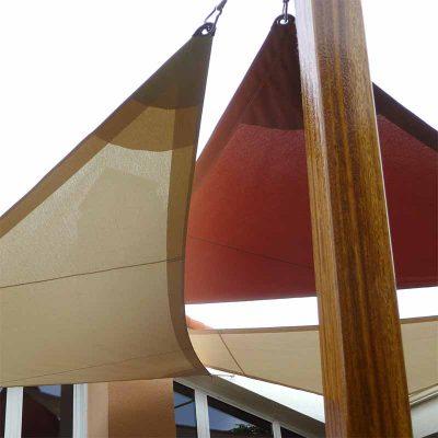Deux voiles fixées sur mât en bois ipé