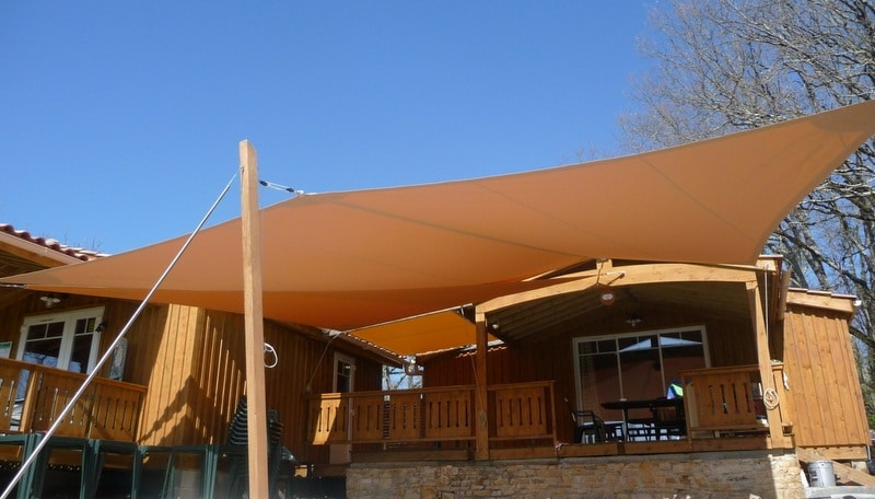 Toile de terrasse dans un camping du Périgord