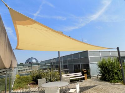 voile d'ombrage triangle couleur champagne pour un hôtel