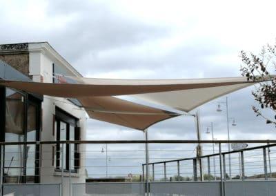 voiles-ombrage-beige-sable-et-blanc-pour-terrasse